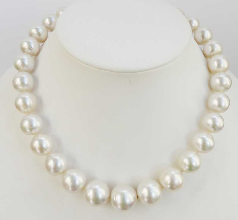 066d85db5fdd Excelente collar-chocker formado por 29 grandes perlas Australianas ...